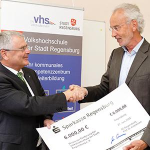 Prof. Andreesen übergibt Dr. Gingele einen Scheck über 6000 Euro